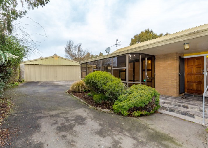 8 Lakewood Drive, Burwood